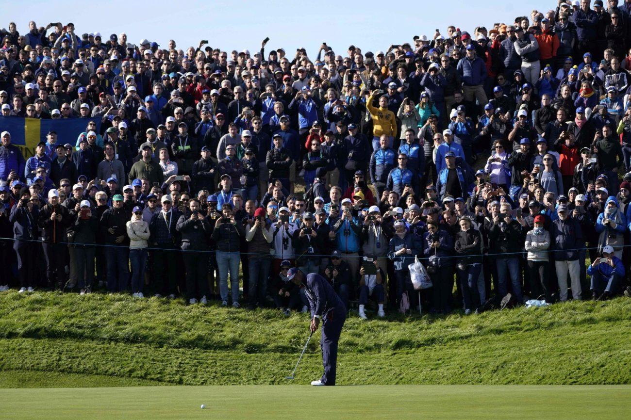 Tiger Woods en un putt ante la atenta mirada del público