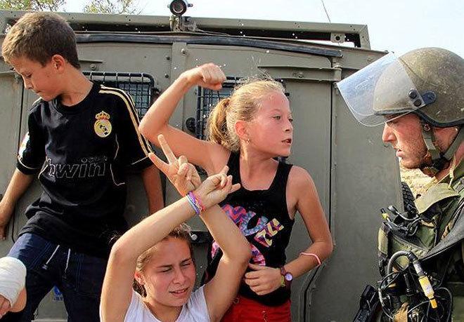 Ahed Tamimi, con 10 años, en una imagen frente a soldados israelíes...