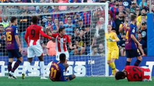 De Marcos celebra el 0-1 con Dembélé y Raúl García en el césped