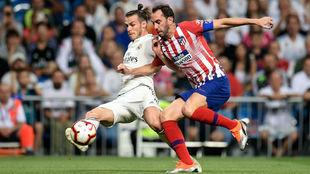 Godín pelea un balón con Bale