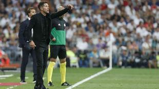 Simeone durante el derbi ante el Madrid.