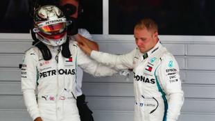 Lewis Hamilton, agradeciendo a Bottas haberle dejado pasar