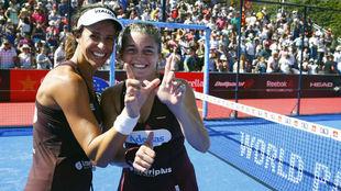 Marta Marrero y Alejandra Salazar celebran su victoria en La Finca.