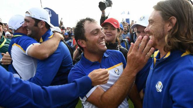 Molinari se felicita con Fleetwood, con Jon Rahm en segundo plano