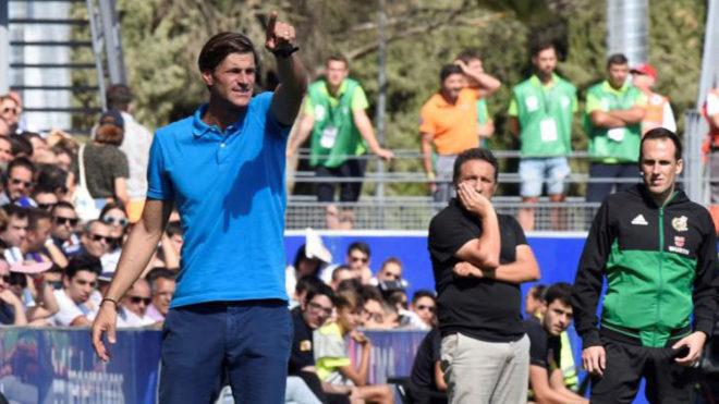 Leo Franco da instrucciones a sus jugadores desde la banda de El...