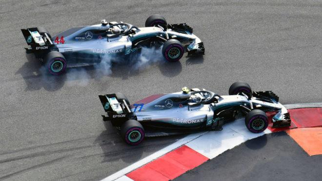 Bottas resiste el ataque de Hamilton.