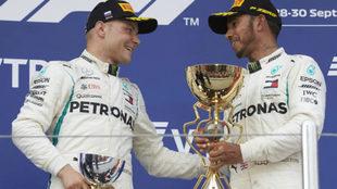 Hamilton y Bottas, en el podio.