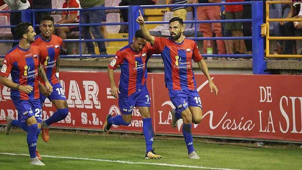 Enric Gallego celebra el primer gol del Extremadura ante el Elche