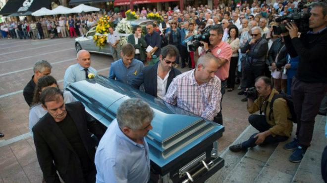El féretro con el cuerpo de Celia Barquín entrando en la iglesia.