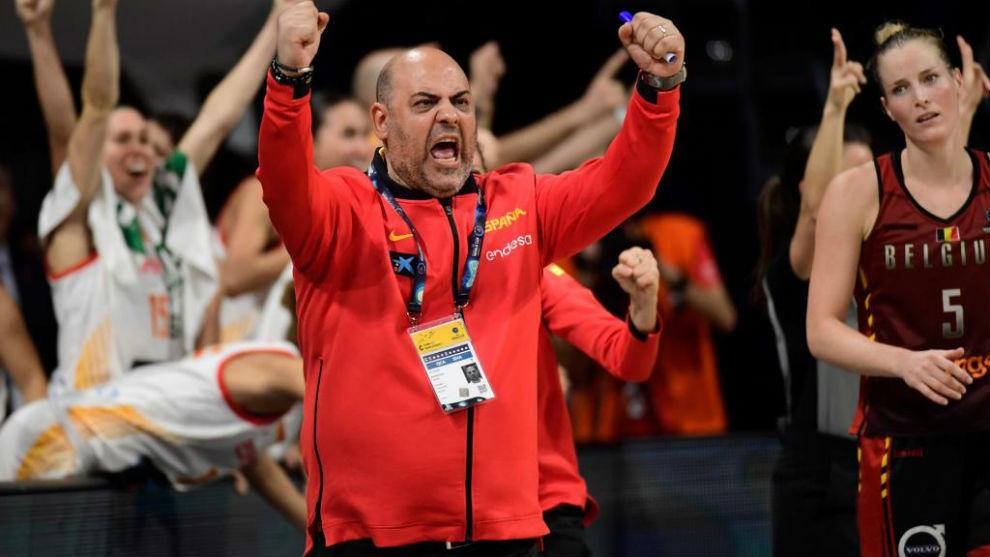 Lucas Mondelo celebrando una acción de sus jugadoras
