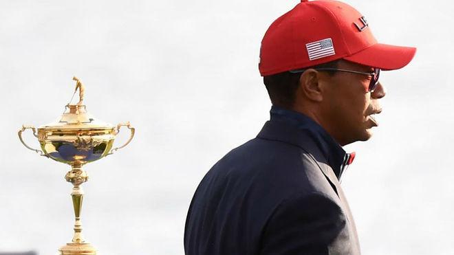Tiger Woods pasa junto a la Ryder Cup.