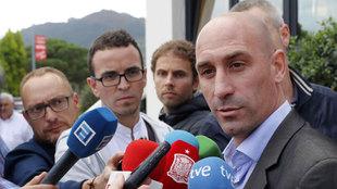 Luis Rubiales atendiendo a los medios durante su visita a Mareo.