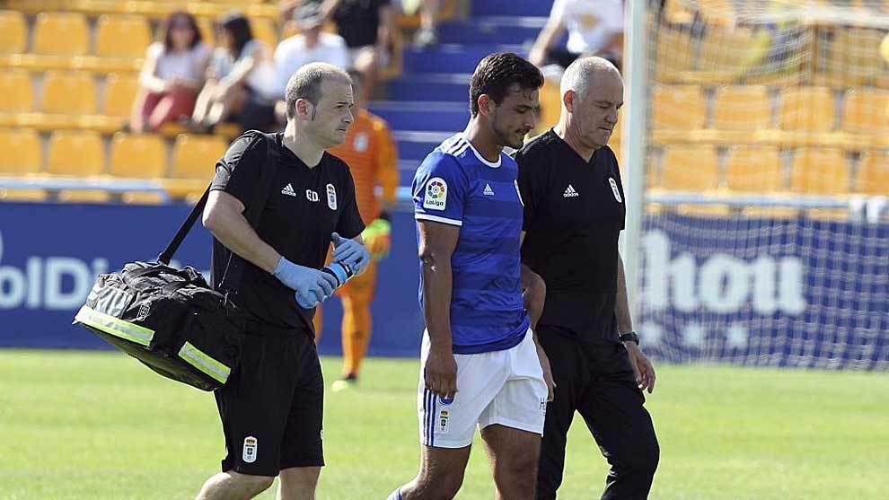 Oswaldo Alanis, en el momento de abandonar lesionado el terreno de...