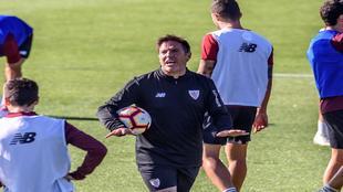 Berizzo se dirige a sus jugadores durante un entrenamiento en Lezama.