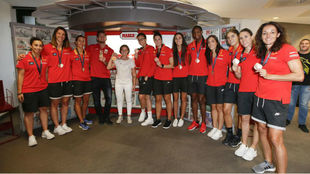 Las jugadoras de la selección española en MARCA junto con la piloto...
