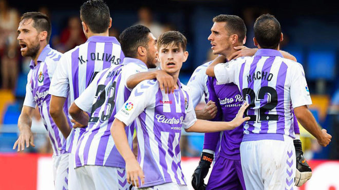 Masip, felicitado por sus compañeros tras parar un penalti a Gerard...