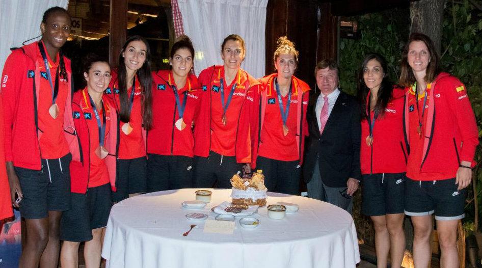 Las jugadoras de la selección, junto a Manolo, encargado del Mesón...