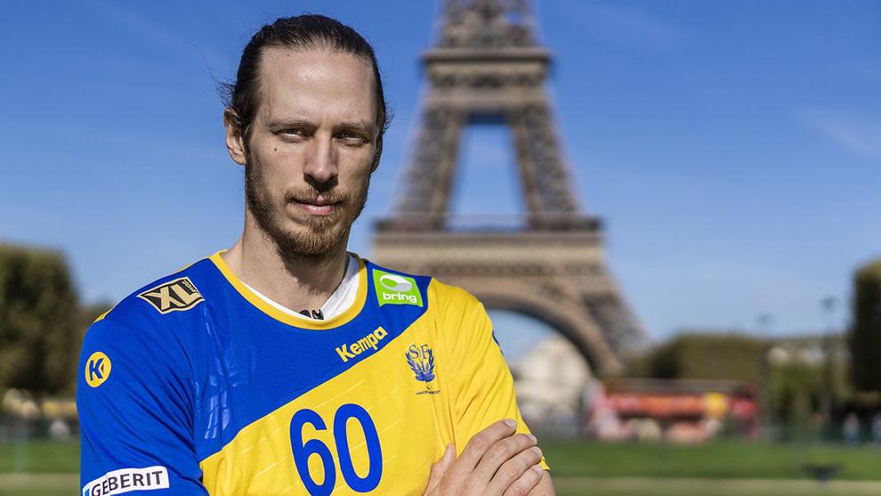Kim Du Rietz posa con la camiseta de Suecia con la Torre Eiffel de...