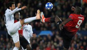 Parejo y Lukaku pelean un balón.