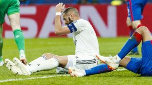 Benzema se lamenta tras una ocasión fallada.