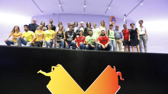 Atletas posan con as camisetas del 10K, Medio y Maratón Valencia