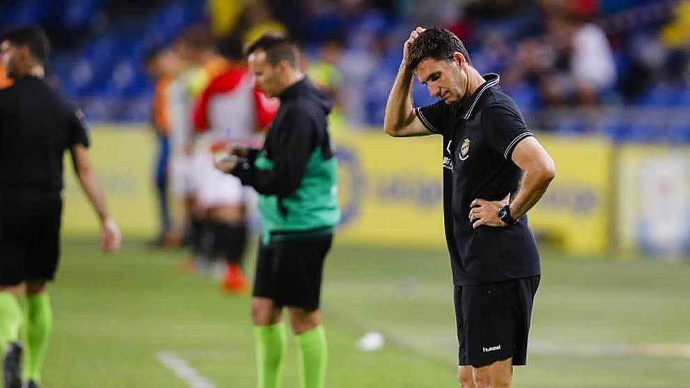 Un pensativo José Antonio Gordillo durante el partido en el Gran...