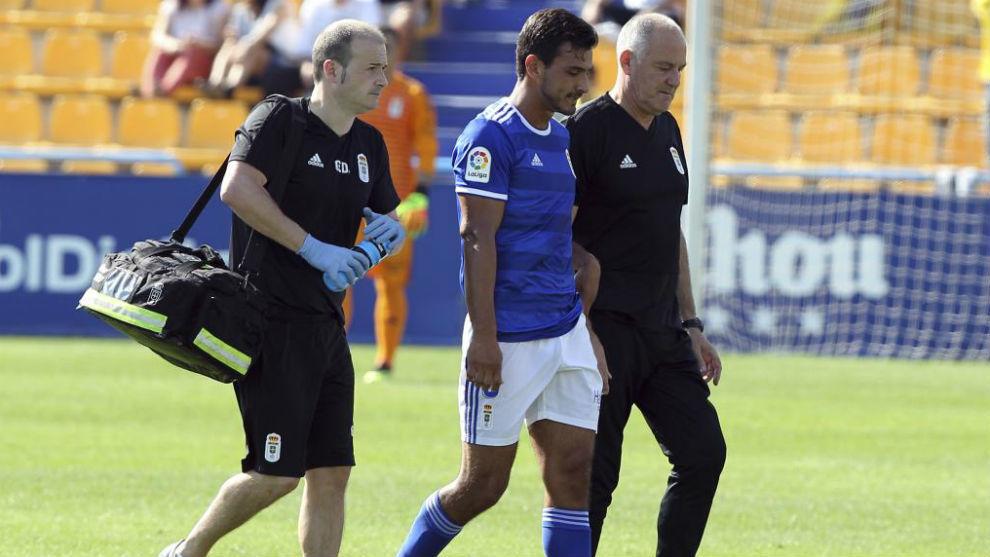 Oswaldo Alanís se marcha del terreno de juego acompañado de los...