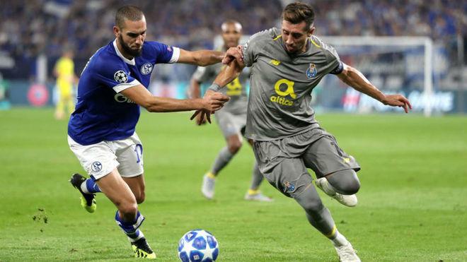 Héctor Herrera, en un lance del juego ante el Schalke 04