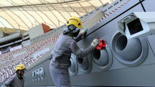 Un operario limpia una de las salidas del sistema de refrigeración...