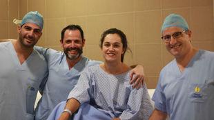 Amaia Glez. de Garibay, con los doctores Roca, Flores y Leyes