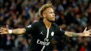 Neymar celebra uno de los tres goles que marcó al Estrella Roja