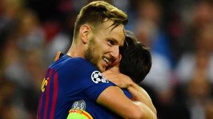 Rakitic celebra con Messi su golazo al Tottenham