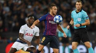 Arthur controla un balón en una acción contra el Tottenham en...