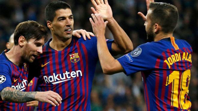 Jordi Alba celebra un gol con Suárez y Messi.