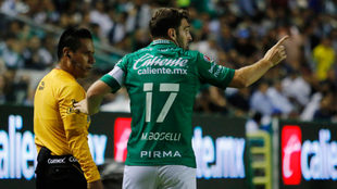 Mauro Boselli reclama el gol que anularon en el partido ante Pumas