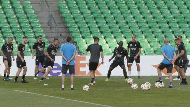 Los jugadores del Dudelange se ejercitan en el Villamarín.