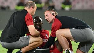 Los doctores del Liverpool atienden a Naby Keïta.