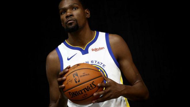 Kevin Durant posando en el Media Day de los Golden State Warriors