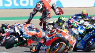 Lorenzo vuela en la curva 1 de Aragón, con Márquez, delante.