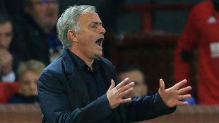 José Mourinho se lamenta durante el partido con el Valencia.