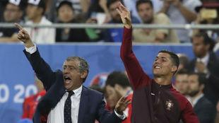 Fernando Santos y Cristiano Ronaldo dan indicaciones durante la final...