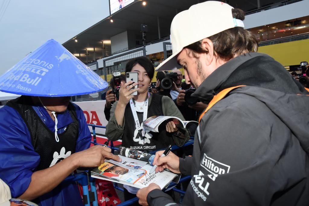 Fernando Alonso firmando autógrafos