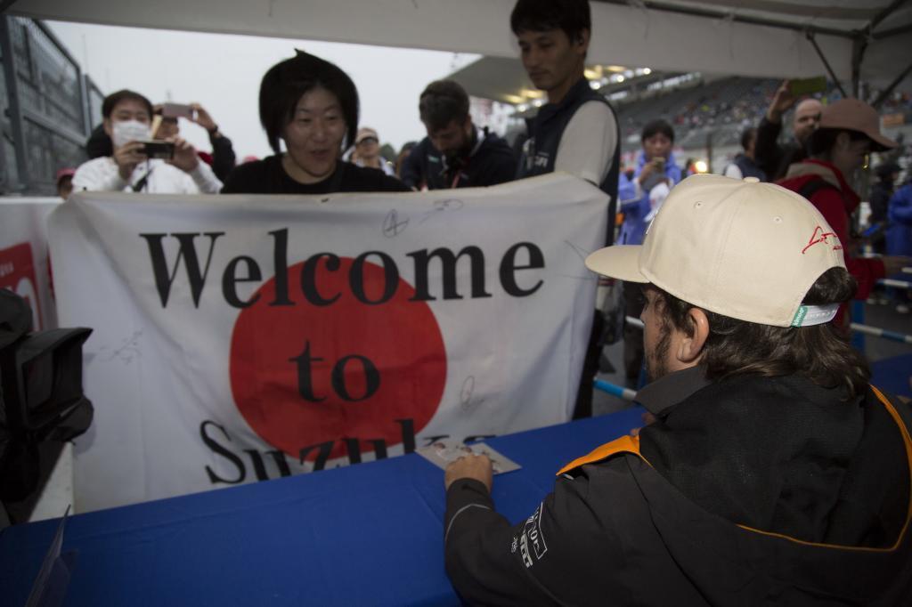 Aficionados apoyando a Fernando Alonso