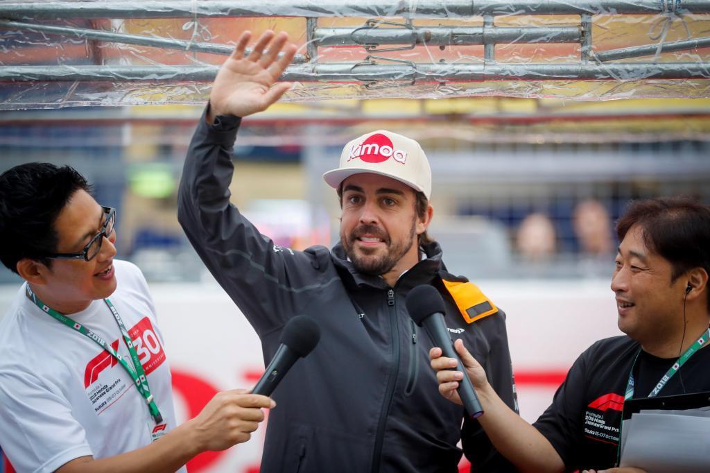 Fernando Alonso saludando a los aficionados