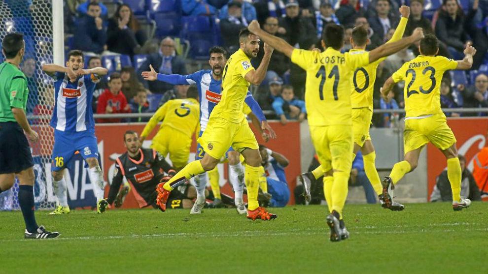 Los jugadores del Villarreal celebran un gol en Cornellà