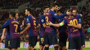 Los jugadores del Barça celebran un gol con Messi.
