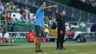 Toppmöller da indicaciones a sus jugadores en el Villamarín.