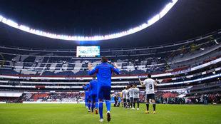 Previo a un partido en el Estadio Azteca.