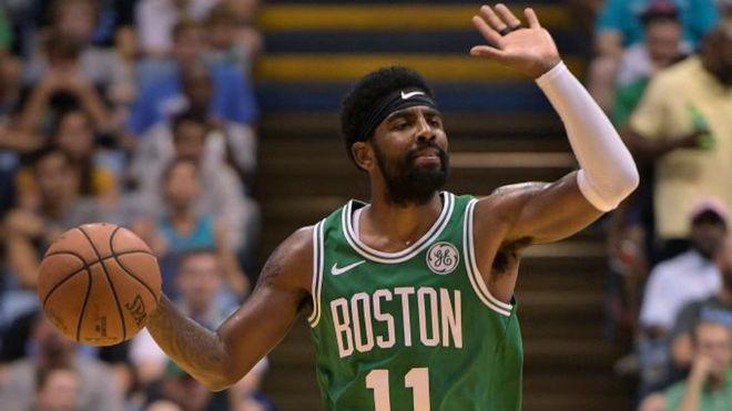 Kyrie Irving jugando un partido de pretemporada con los Celtics