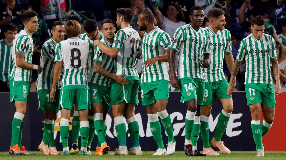 Los jugadores del Betis, celebrando el gol de Sanabria